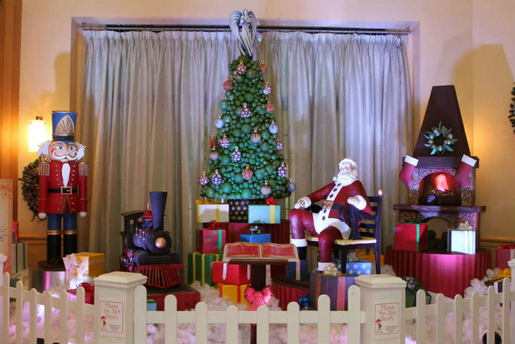 Best Christmas Decorations in Hotels around the world Best Hotels Christmas Decorations around the world Best Hotels Christmas Decorations around the world The Walt Disney Swan and Dolphin resort